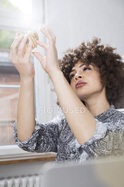 Donna esaminando prototipo — Foto stock