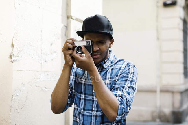 Homme avec caméra prenant des photos — Photo de stock