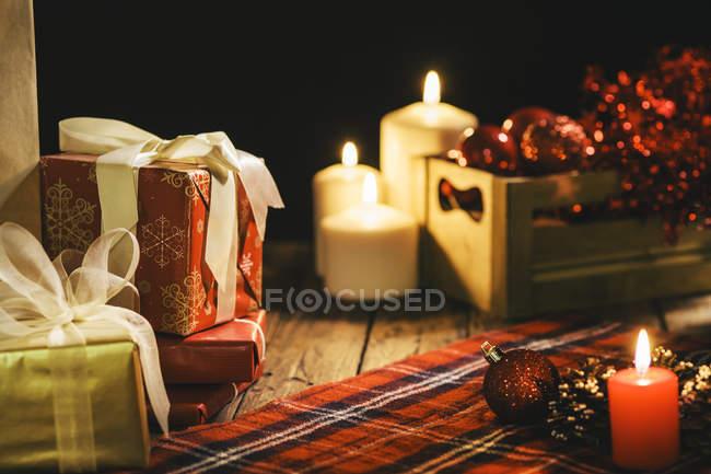 Decorare Candele Di Natale : Decorazione di natale con candele e coperta a scacchi u al coperto