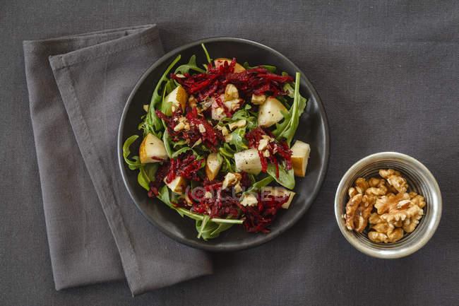 Чаша салат з буряка з Ракетно-волоські горіхи — стокове фото