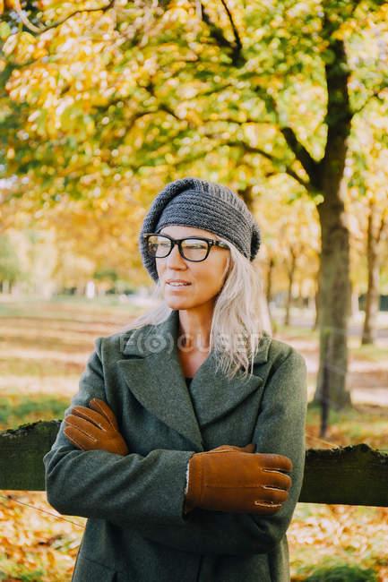 Портрет жінка з crosssed зброєю, носіння шерстистих шапка або рукавиці — стокове фото