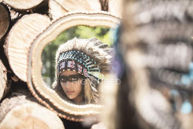 Reflet de la mascarade de la jeune femme en tant qu'Indien — Photo de stock