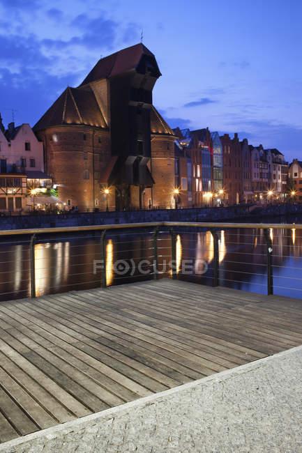 Polónia, Gdansk, banco Motlawa com portão de guindaste ao entardecer — Fotografia de Stock