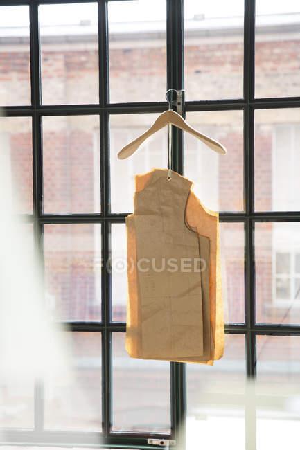 Германия, Берлин, интерьер мужской портняжной мастерской, вырезанные узоры висят у окна — стоковое фото