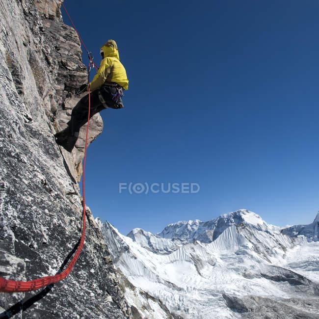 Nepal, Himalaya, Solo Khumbu, Everest region Ama Dablam, mountaineer with rope at rock face — Stock Photo