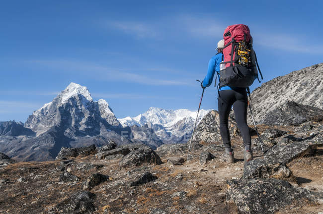 Nepal, Himalaia, Solo Khumbu, mountaineer na Ama Dablam South West Ridge, com pico de Taboche no fundo — Fotografia de Stock