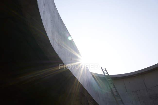 Escalera en el muro de hormigón de un edificio sin terminar - foto de stock