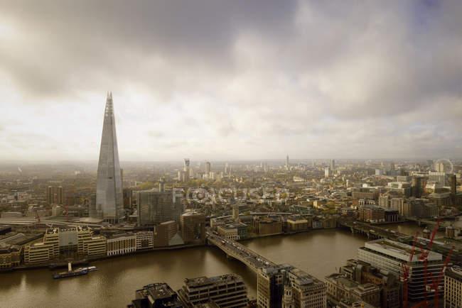 UK, Londra, paesaggio urbano con fiume Tamigi e The Shard — Foto stock