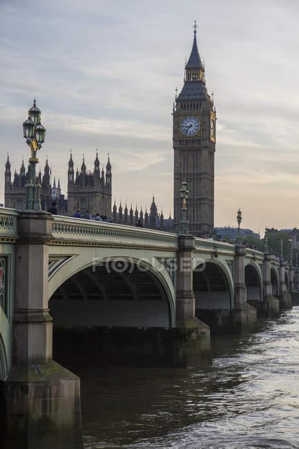 Великобритания, Лондон, вид на Вестминстерский мост и Вестминстерский дворец с Биг-Беном вечером — стоковое фото