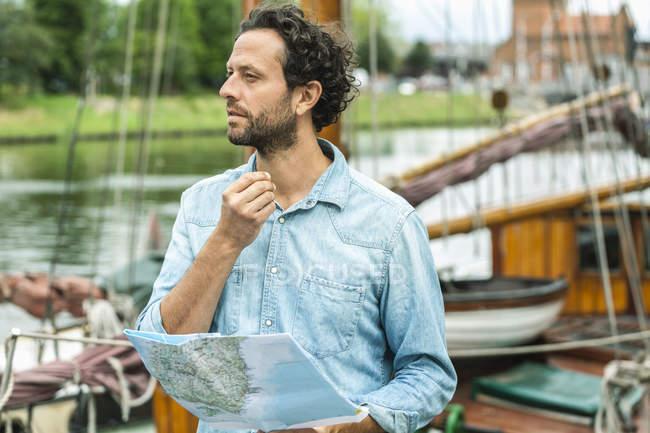 Германия, Любек, человек на посадочной площадке с картой — стоковое фото