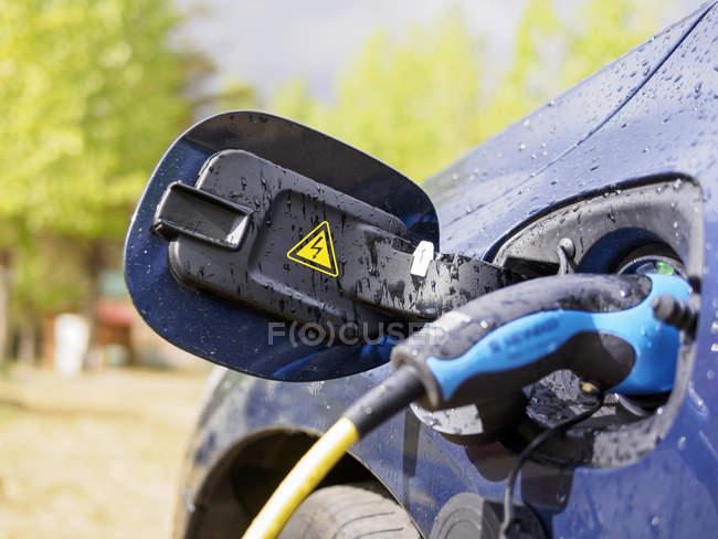 Primo piano di ricaricamento di auto elettrica all'aperto — Foto stock
