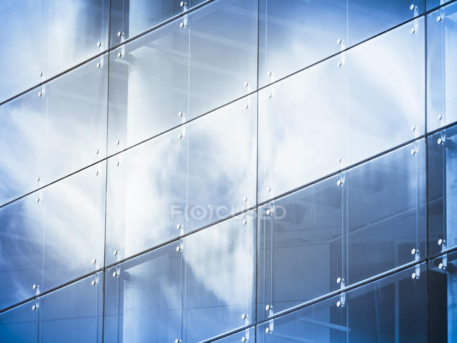 Germany, Hamburg, office building, glass facade, reflection of cloud — Stock Photo