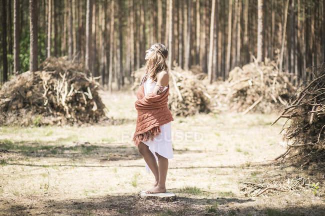 Молода жінка, стоячи в лісі, насолоджуючись спокоєм — стокове фото
