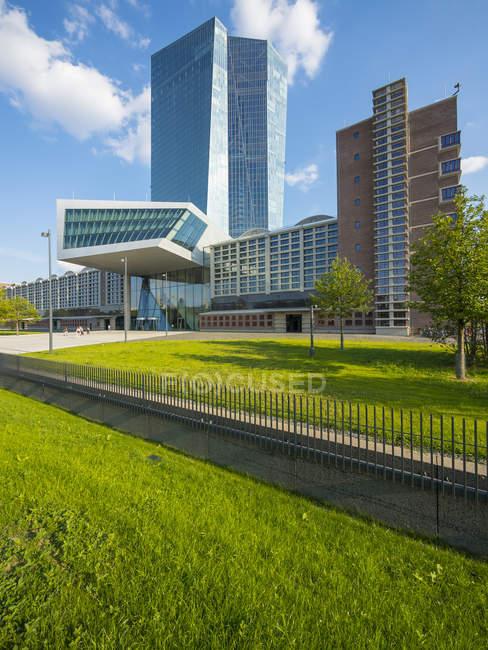 Germania, Francoforte, Banca centrale europea, ingresso principale ed erba verde in primo piano — Foto stock