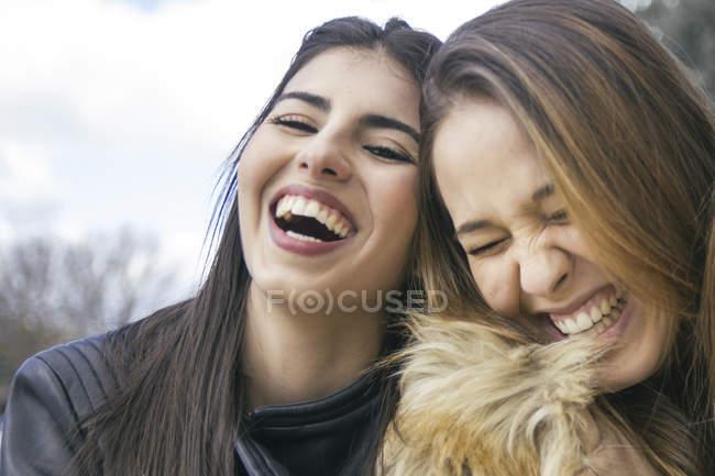 Две смеющиеся девушки — стоковое фото