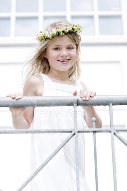 Усміхаючись дівчата носити квітковий вінок — стокове фото
