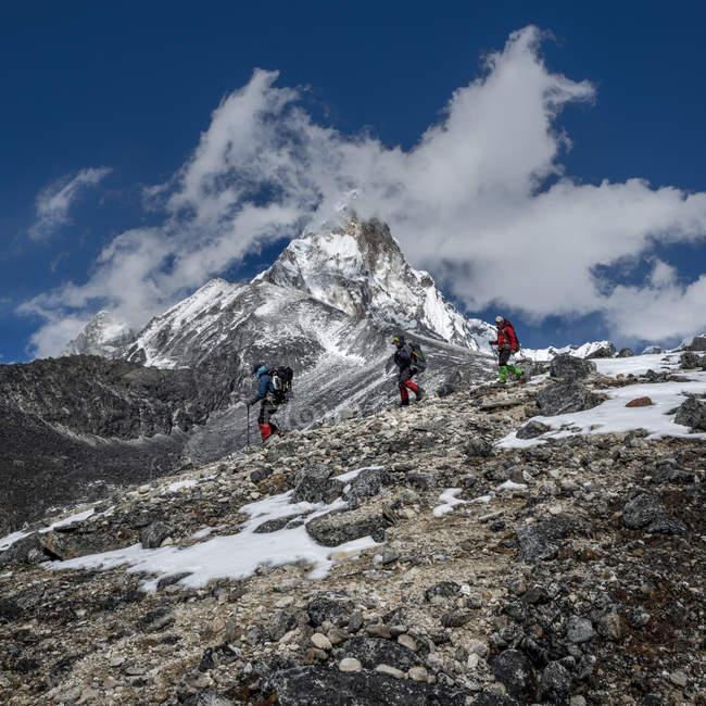 Непал, Гималаи, Соло Кхумбу, Ама Даблам, три гуркха — стоковое фото