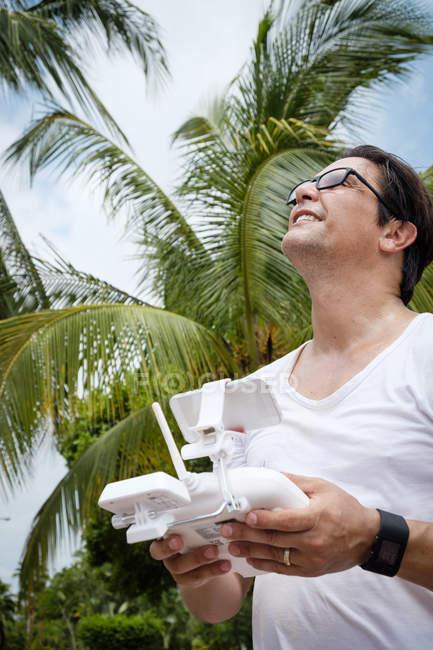 Homme de drone volant avec télécommande — Photo de stock