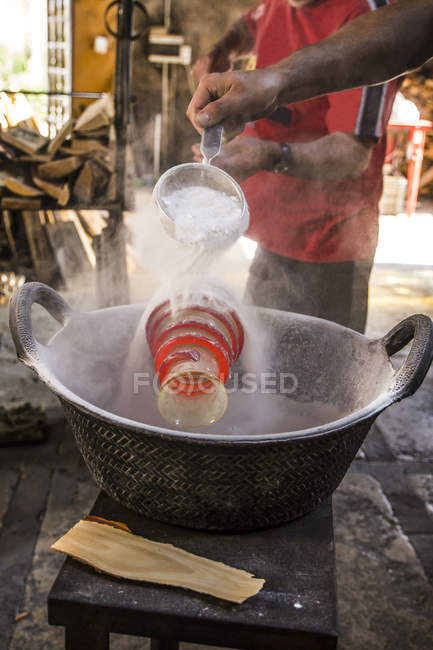 Процесс производства вазы со спиралью на стекольном заводе — стоковое фото
