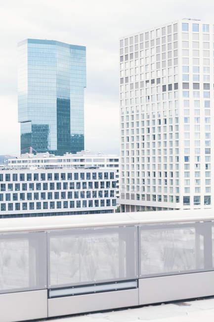 Moderni edifici per uffici dal tetto — Foto stock