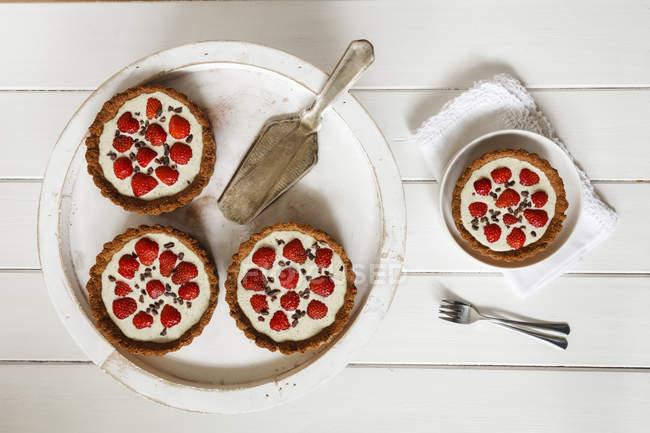 Torte di intero pasto fragola con salsa di cioccolato bianco canapa — Foto stock