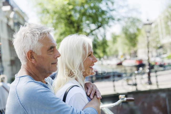 Holanda, Amsterdã, casal de idosos abraçando — Fotografia de Stock