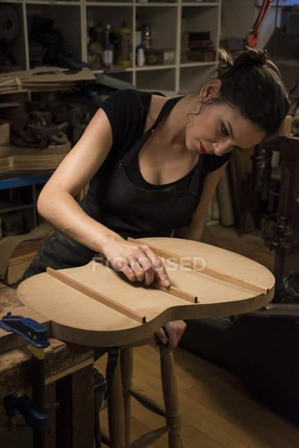 Luthier fabricando uma guitarra em sua oficina — Fotografia de Stock