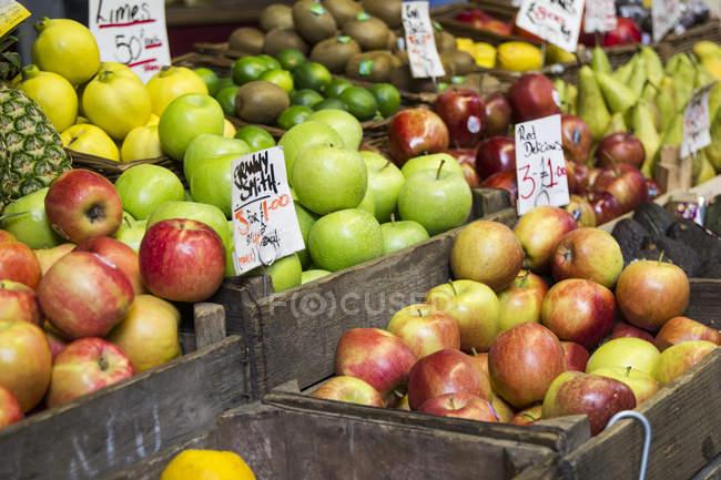 Maçãs e frutas, Borough market em Londres — Fotografia de Stock