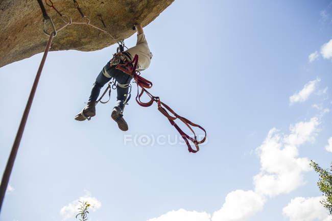 Escalada usando técnicas de escalada — Fotografia de Stock