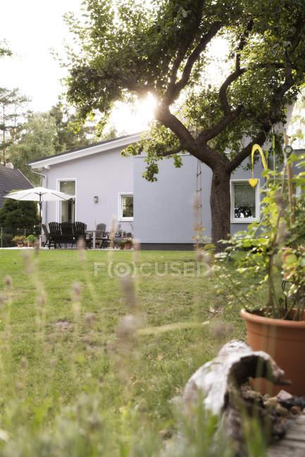 Germania, Eggersdorf, bungalow e giardino con erba verde — Foto stock