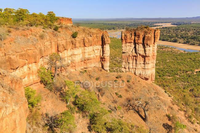 Зимбабве, Масвинго, Gonarezhou Национальный парк, река Рунде и Chilojo скалы на переднем плане — стоковое фото