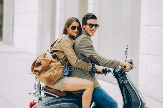 Jovem casal em scooter motor — Fotografia de Stock
