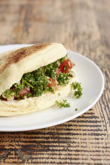 Bazlama, turco piadina con insalata di prezzemolo tabbouleh — Foto stock