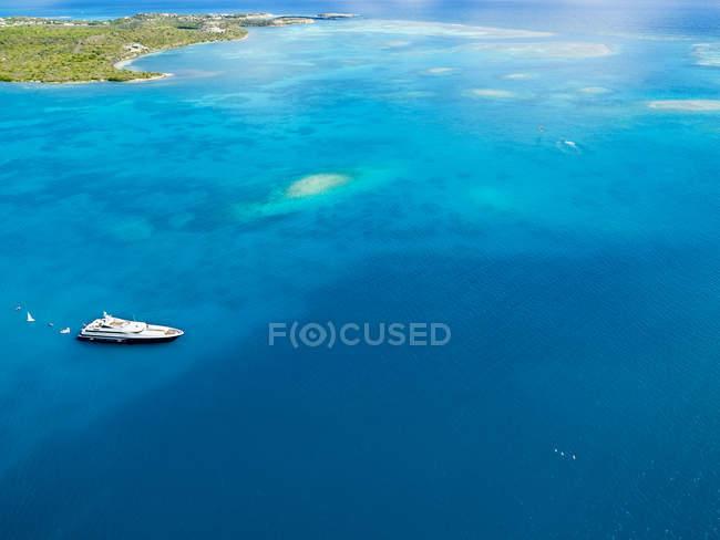 Antigua und Barbuda, Antigua, grüne Insel, Green Bay, Motoryacht tagsüber — Stockfoto