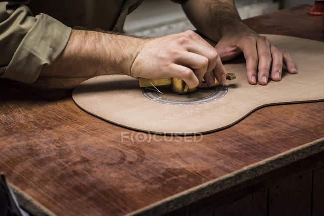 Gitarrenbauer, die Herstellung einer Gitarre in seiner Werkstatt, Nahaufnahme — Stockfoto