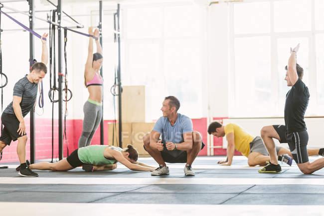 CrossFit спортсмены делают упражнения на растяжку — стоковое фото