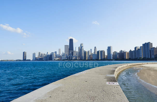 USA, illinois, Chicago, North Avenue Strand, Michigansee, Skyline gegen Wasser — Stockfoto