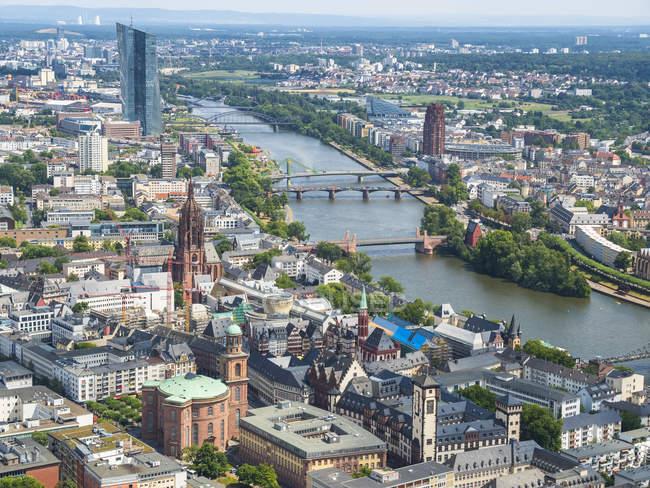 Paisaje urbano con río Main en Frankfurt, Hesse, Alemania - foto de stock