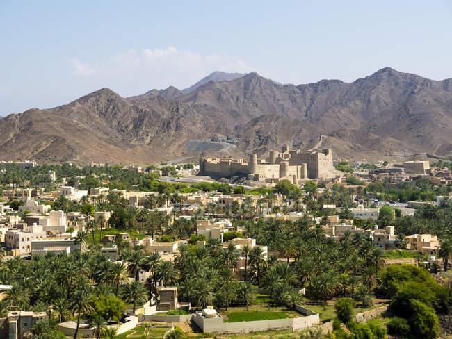 Оман, Дхакилия, город Ош, форт Бахал на заднем плане, горы Аль-Хаджар аль-Гарби — стоковое фото