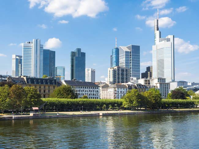 Німеччина, Гессен, Франкфурт, фінансового району та головного видом на річку — стокове фото