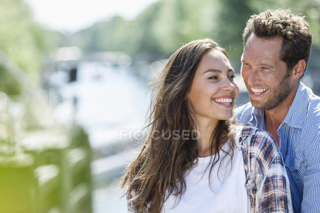 Feliz pareja de Holanda, Amsterdam, al aire libre - foto de stock