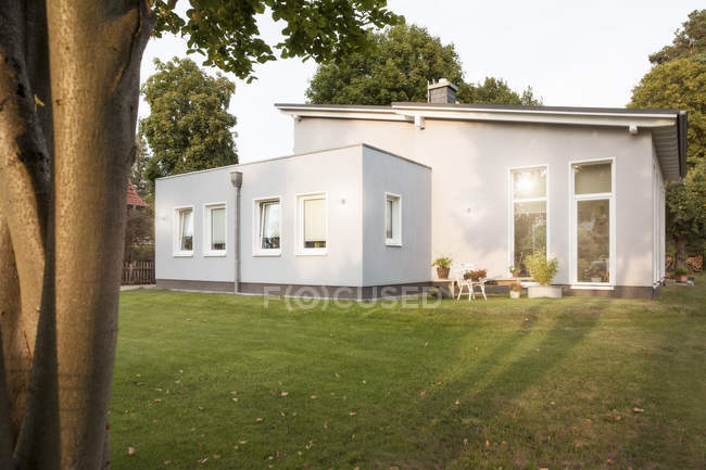 Germany, Eggersdorf, house and garden during daytime — Stock Photo