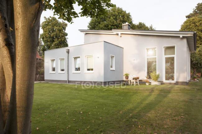 Germania, Eggersdorf, casa e giardino durante il giorno — Foto stock