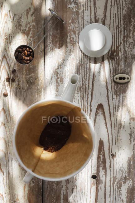 Vista superior do filtro de café no jarro na madeira — Fotografia de Stock