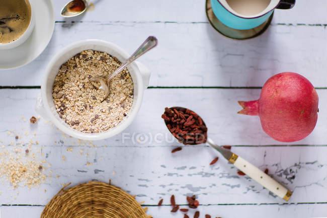 Лобода сніданок чаші, рису молока, гранат, годжі ягоди, кава по дереву — стокове фото