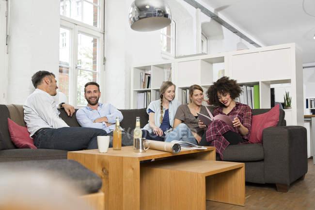 Колегами в офісі, маючи перерва в сучасні офісні — стокове фото