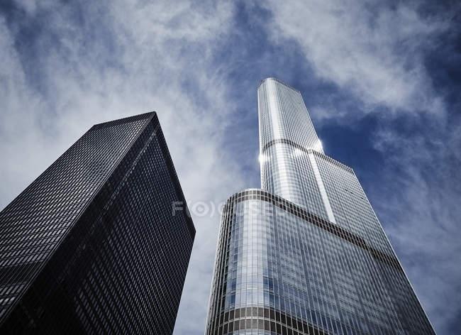 США, штат Іллінойс, Чикаго, Langham Hotel Trump Tower право переглядати знизу — стокове фото
