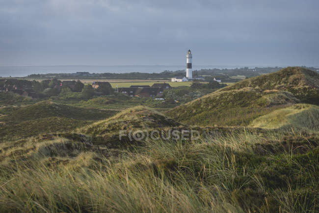 Green fields and Rotes Kliff lighthouse — Stock Photo