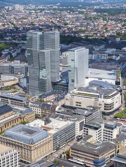 Allemagne, Hesse, Francfort, Paysage urbain avec Palais Thurn et Taxis et Jumeirah Frankfurt Hotel vue d'en haut — Photo de stock