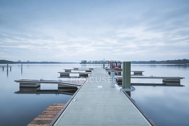 Вид на пустой пир утром, озеро Тегель, Берлин, Германия — стоковое фото